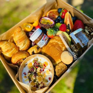 On Wednesdays we brunch 🥐🍒🍓🥞🥝  WEE BRUNCH feeds 2 people and is priced at £25. Once demolished you can just recycle or compost our UK made ECO BOX and containers!  The brunch typically includes freshly baked all butter pastries, greek yogurt with granola, stack of pancakes, mini Nutella, @matersandco honey with drizzle stick, fresh fruits, brownies, baklava and other hidden treats!   #grazingtables #grazingtable #grazingtablesandcheeseboards #grazing #grazingplatter #grazingboard #grazingbox #solihullbusiness #solihull #solihullfood #solihullfoodie #birminghambusiness #birminghamfood #birminghamfoodie #foodtrends #spreadsandbreads #foodporn #platters #partyfood #eventcatering #foodevents #foodgifts  #spreadsandbreadssolihull  #weddingcatering #weddingcaterer #partycatering #partycaterer @solihullcouncil @solihullforsuccess